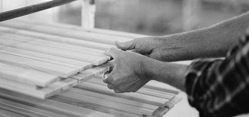 Lingbo historia - händer som jobbar med fönster